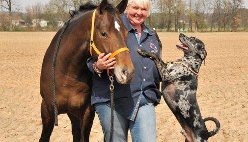 Perdita Lübbe mit Pferd und Hund